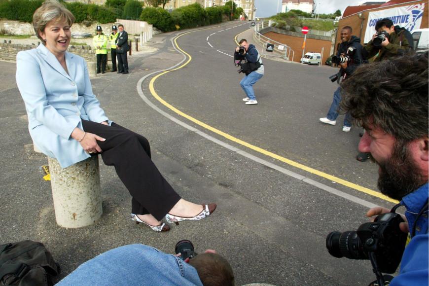 Тереза Мэй демонстрирует туфли журналистам