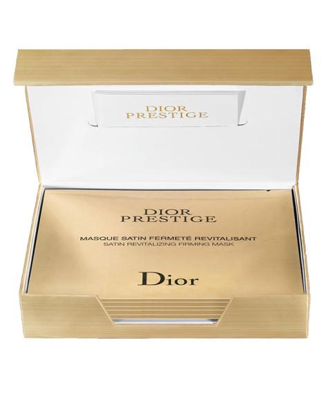 Золоченая коробка с масками Dior Prestige, Dior похожа на ларец с сокровищами:тканевая поверхность напоминает атласную вуаль, которая точно соответствует всем изгибам лица, а сама «пропитка» с экстрактом гранвильскойрозы эффективно восстанавливает, омолаживает и укрепляет кожу.