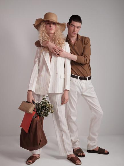 На ней: жакет, брюки, шлепанцы, сумки, шляпа —все Loro Piana. На нем: поло, брюки, шлепанцы и ремень —все Loro Piana