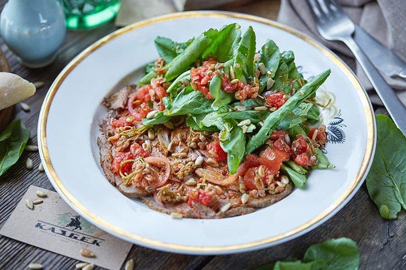 Салат с говядиной,джонджоли и солеными помидорами, «Казбек»