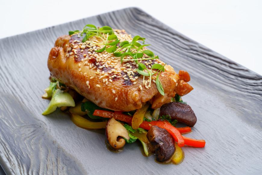 Цыпленок в паназиатском стиле с томлеными овощами и кунжутом
