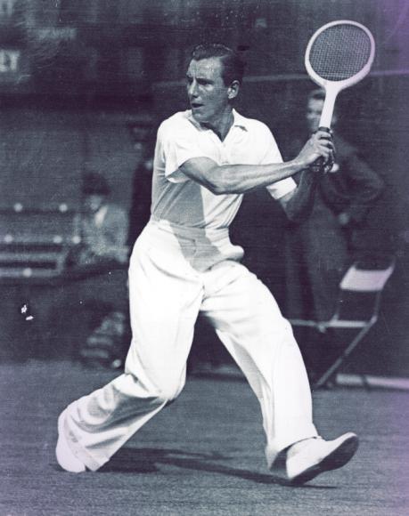 Уроженец Британии Фред Перри — неоднократный победитель Уимблдона— больше известен благодаря поло. Считается, что их изобрелРене Лакост, тоже теннисист, избавивший мужчин от обязательных на кортерубашек и пуловеров.Перри лишь следовал общей тенденции. Справедливости ради заметим, что Перри считают изобретателемспортивных повязок на голову.