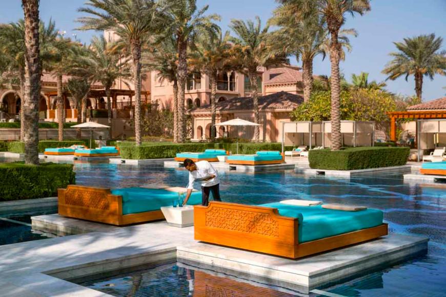 Центральный бассейн и места отдыха в отеле One&Only The Palm (Дубай)