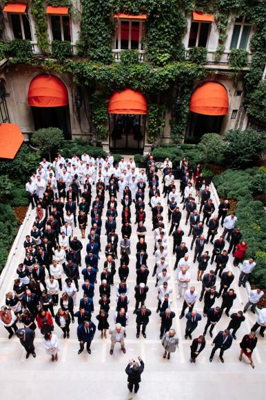 Команда отеля во внутреннем дворе Hôtel Plaza Athénée