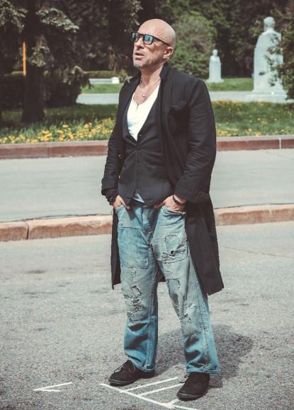 Дмитрий Нагиев в удлиненном пиджаке, жилете и рваных джинсах