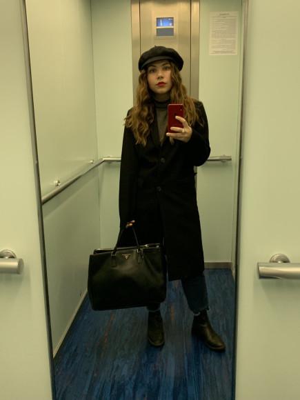 Пальто Uniqlo, сумка Prada, остальное— из благотворительного магазина