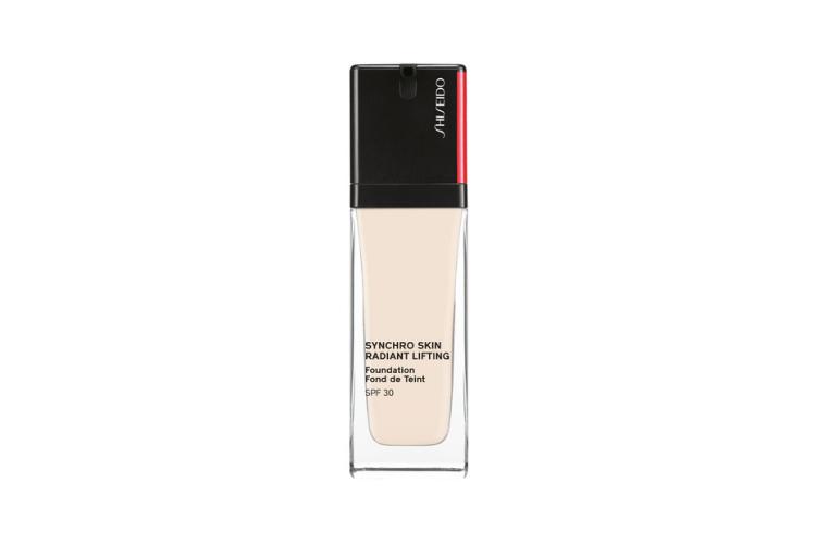 Тональное средство с эффектом сияния и лифтинга SPF30 Synchro Skin, Shiseido, 4380 руб. («Иль Де Ботэ»)