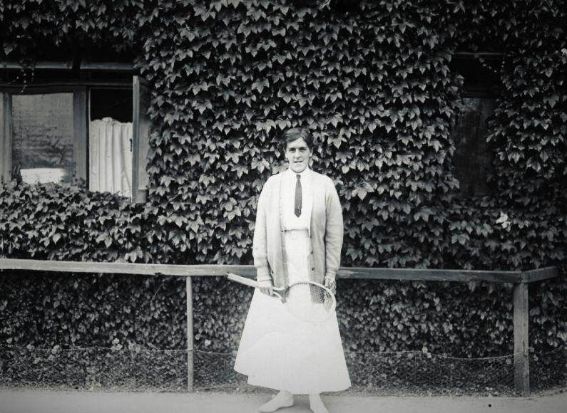 За 20 лет дамская мода почти не изменилась, а сегодняуспехи британской теннисистки Доротеи Ламберт-Чамберс, ставшей семикратной чемпионкой Уимблдонского турнира в одиночном разряде, лишний раз даютповод задуматься —так уж неудобныли были женские наряды рубежа веков.