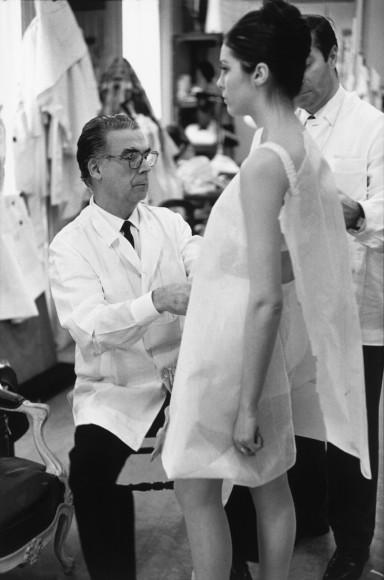 Кристобаль Баленсиага за работой, 1968, Париж