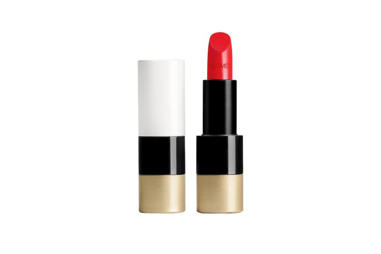 Атласная губная помада Rouge, оттенок Rouge Casaque, Hermès, 5900 руб. (tsum.ru)
