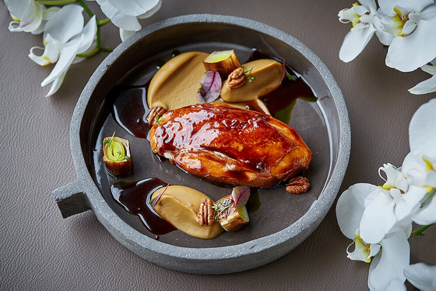 Глазированный в шиповнике цыпленок с пюре из каштана и луком-пореем конфи