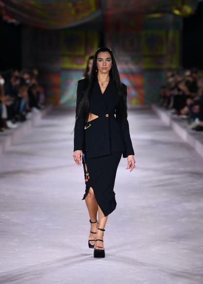 Дуа Липа на показе Versace