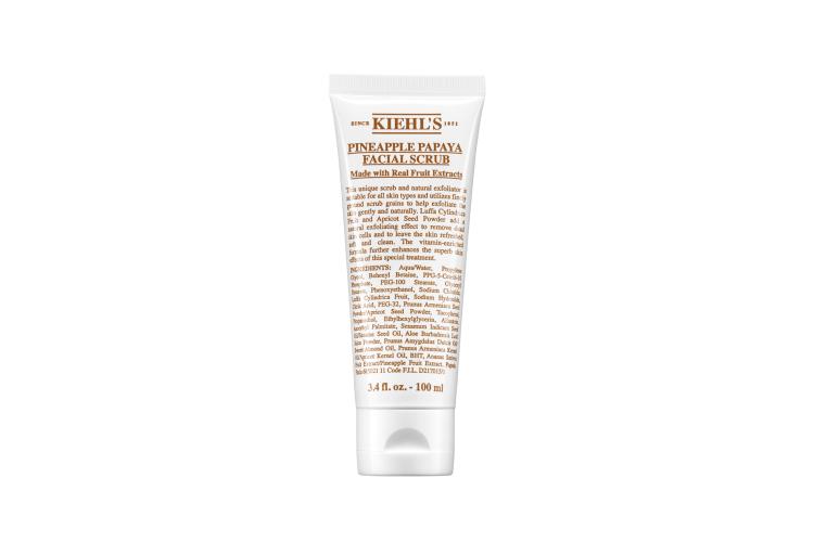 Скраб для лица Kiehl's содержит фруктовые кислоты папайи и ананаса, натуральные масла и эксфолиирующие частицы из пудры абрикосовых косточек