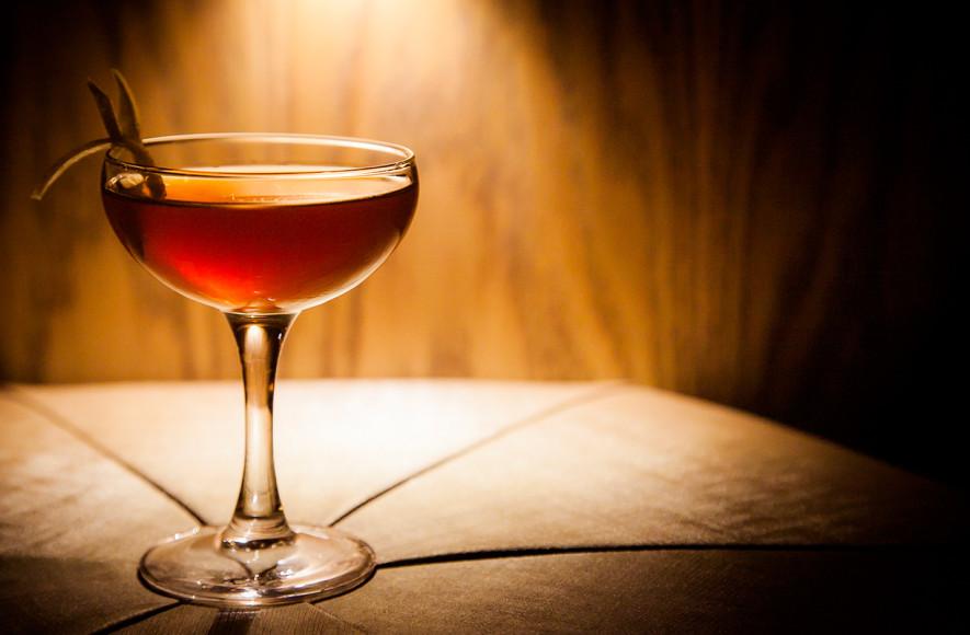 Коктейль Brooklyn (бурбон, сухой вермут, амер микс, капля апельсиновой горечи и ликер из кислой дикой вишни - мараскино)