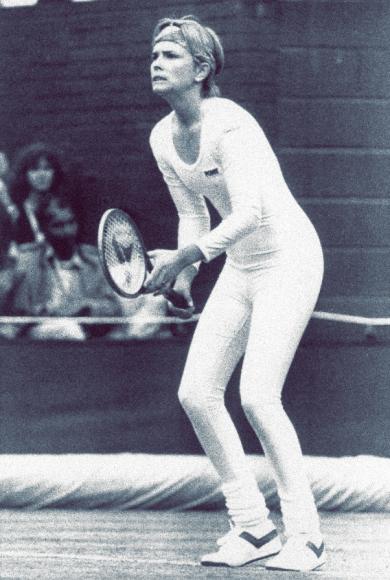 Спортивные заслуги американки Энн Уайт вряд ли кто вспомнит, зато никто не забудетее выступление в 1985 году. Спортсменка вышла в белом комбинезоне из лайкры, ошарашив как зрителей, так и соперницу. В перерыве между сетами ее заставили сменить костюм, одними критикуемый забеспардонное нарушение дресс-кода, а другими —за излишнююсексуальность.