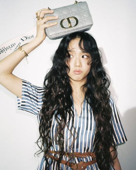 Участница Blackpink Джису в съемке сумки Dior Caro, январь 2021