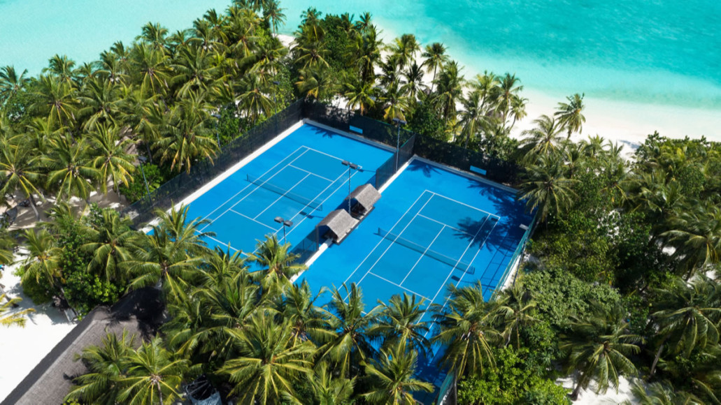 Теннисный корт на курорте One&Only Reethi Rah (Мальдивы)