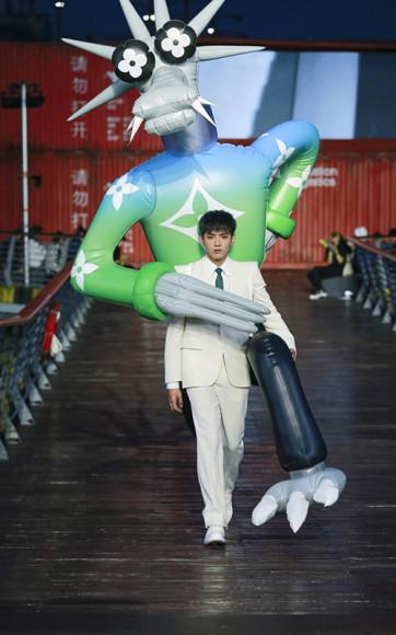 Работа Реджи Ноу на показе мужскойколлекции Louis Vuitton, весна-лето 2021