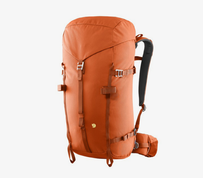 Рюкзак Рюкзак должен удобно сидеть на спине. При примерке, обращайте вниманиена регулировку размера его спинки, плечевых лямок и поясного ремня — именно поясной ремень перенесёт вес рюкзака с плечей на бёдра, и вы сможете гулять с рюкзаком,не чувствуя усталости.Функциональные дополнения —небольшие карманы, куда можно положить телефон, солнцезащитный крем и другие мелочи.