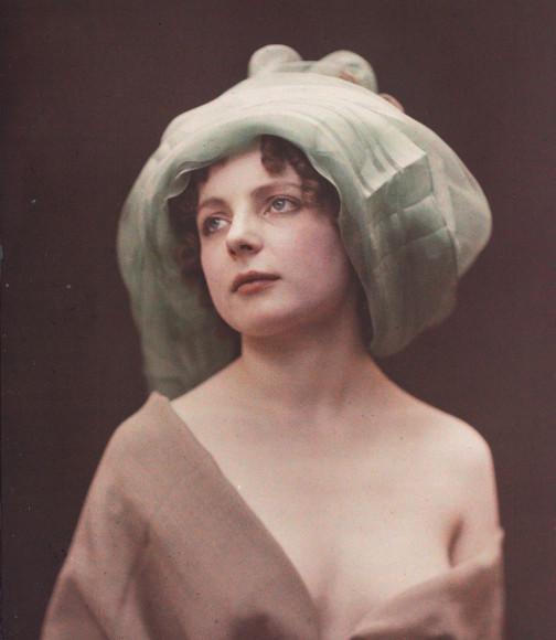 Андре Ашет, «Зеленый чепец», 1907–1945. Автохром. 12x9. Французское фотографическое общество, Париж