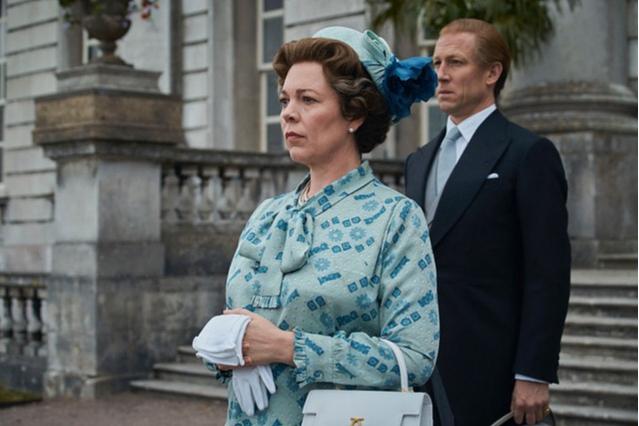Оливия Колман в роли королевы Елизаветы II с сумкой Launer