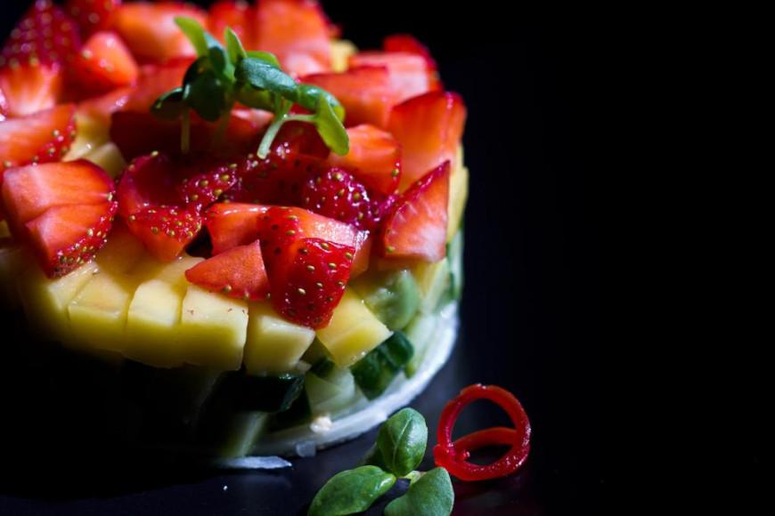 Тартар из зеленой папайи, манго и клубники, 260 руб. (Black Thai)