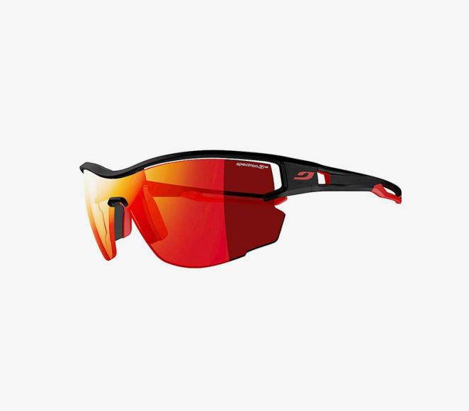 Солнцезащитные очки От ослепительного солнца и снега в горах защитят спортивные солнцезащитные очки с категорией защиты S3 или S4. Выбирайте легкие модели с эргономичной формой оправ и линзами, обеспечивающими четкое поле зрения, независимо от уровня освещенности. Дополнительный бонус - свободное пространство между оправой и линзами, которое будет обеспечивать циркуляцию воздуха и снижать вероятность запотевания.