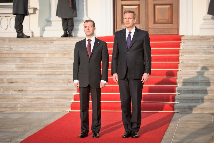 Дмитрий Медведеви бундеспрезидентКристиан Вульфна обходе почетного караула в Берлине, 2011