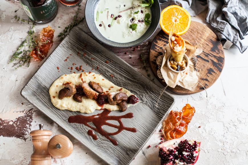 «Казбек», сет №2: холодный суп из мацони; ягненок с эларджи и ежевичным соусом; надуги с апельсином и карамелью
