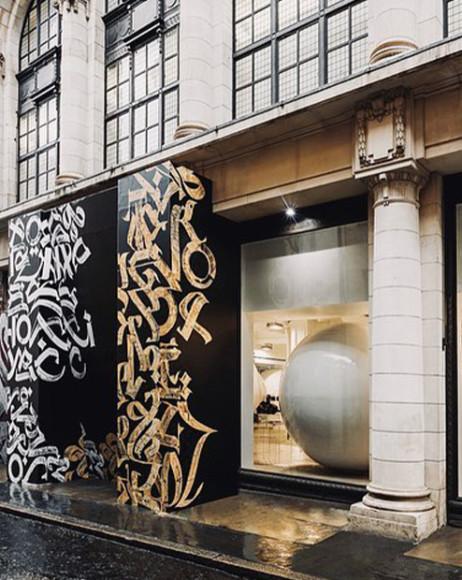 Временная инсталляция на фасаде Dover Street Market в Лондоне, созданная Покрасом Лампасом в коллаборации с Comme des Garçons