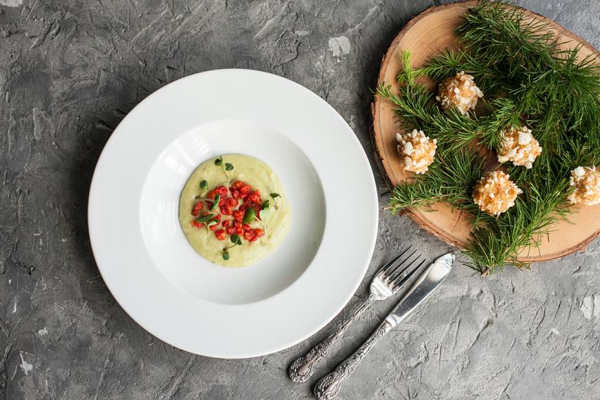 Нежный кальмар с картофельным пюре и томатами, со вкусом лайма