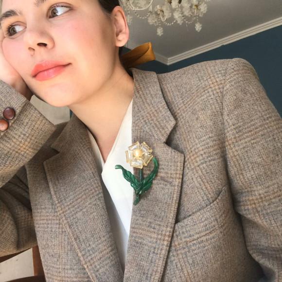 Винтажный пиджак Yves Saint Laurent, шелковое платье и люцитовая брошь 1940-х годов