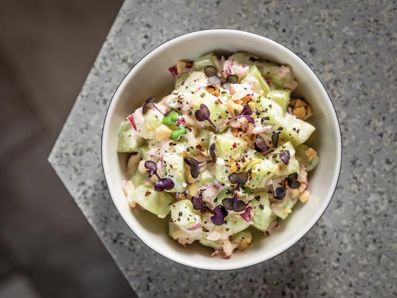Огуречный салат с редисом и ореховым соусом («ладо»)
