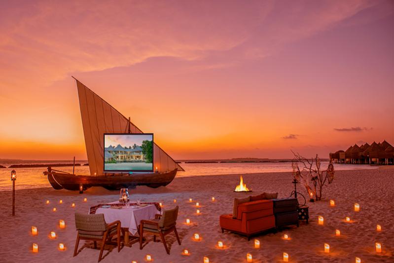 Кинопоказ и романтичныйужин на берегу Аравийского моря