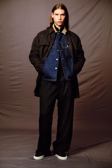 Куртка Bottega Veneta, 199500 руб.; куртка Maison Margiela, 54150 руб.; футболка Acne Studios, 14950 руб.; брюки Balenciaga, 55100 руб.; кеды Saint Laurent, 28600 руб.