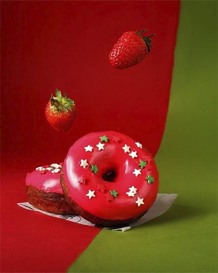Клубничный пончик с сахарными конфетти