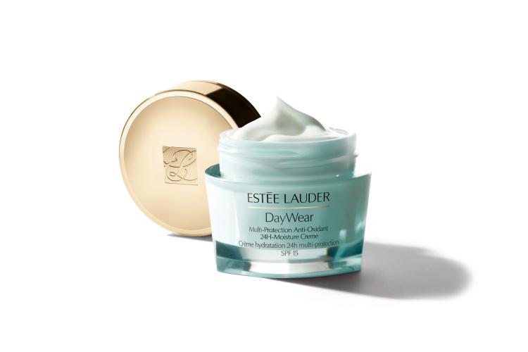 Многофункциональный защитный крем DayWear, Estée Lauder с легкой текстурой содержит комплекс высокоэффективных антиоксидантов и солнцезащитные фильтры широкого спектра (SPF 15), которые сокращают мимические морщины, а также убирают тусклый и неровный цвет лица