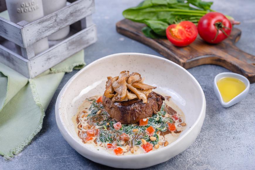 Говяжья вырезка со шпинатом, грибами и французским соусом демиглас