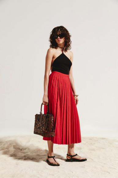 Боди Bottega Veneta, юбка Valentino, сумка Jil Sander, сандалии Gia Couture, очки Balenciaga, браслет Loewe