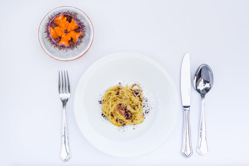 Спагетти с икрой морского ежа, припудренные кофейной крошкой