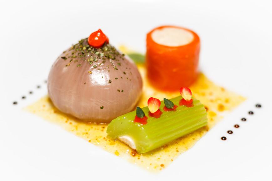 Сельдерей,морковь, лук, фаршированный фазан,парфе с миндальным соусом и сладким чесноком