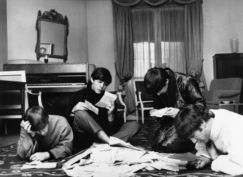 Гарри Бенсон, «Чтение писем от поклонников». Отель George V, Париж. 1964 год