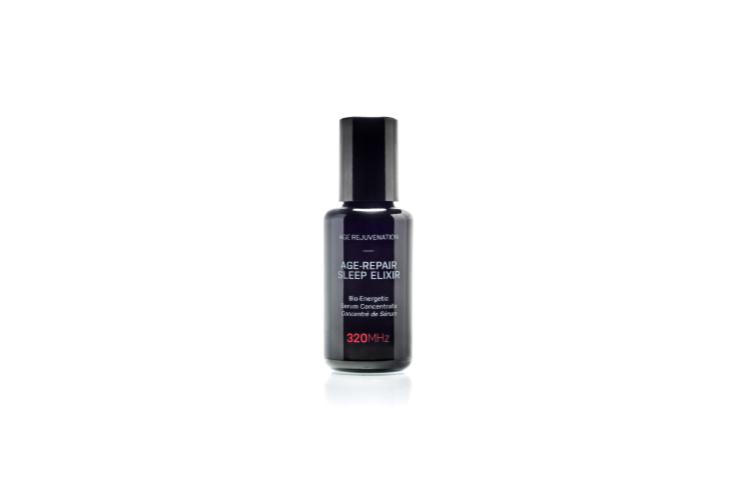 В состав ночнойантивозрастнойсыворотки Age-repair Sleep Elixir, 320 MHz (molecule.ru) входят органическое масло розы отто,нероли иморской фенхель, которые усиливают обменные процессы в клетках и разглаживают морщины, питают, увлажняют и делают кожу более упругой. Гипоаллергенный экстракт цветов лаванды расслабляет мышцы, экстракт арктической клюквы питает витаминами, а масла семян моринга, чиа и овса обновляют кожу