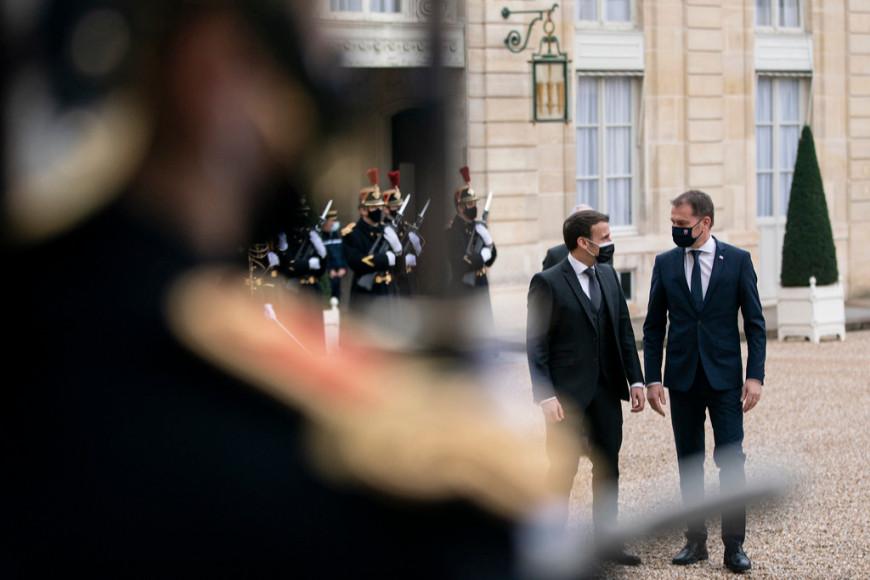 Эмманюэль Макрон на обеде с Игорем Матовичом, вице-премьером и министром финансов Словакии, 2021