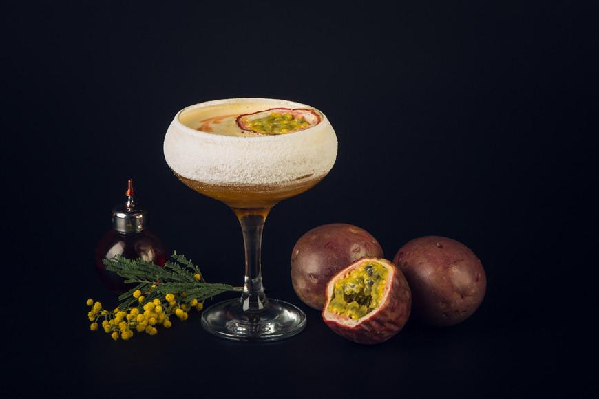 Коктейль SunShine Tini (ванильная водка, ликёр и пюре маракуйя, ананасовый сок)