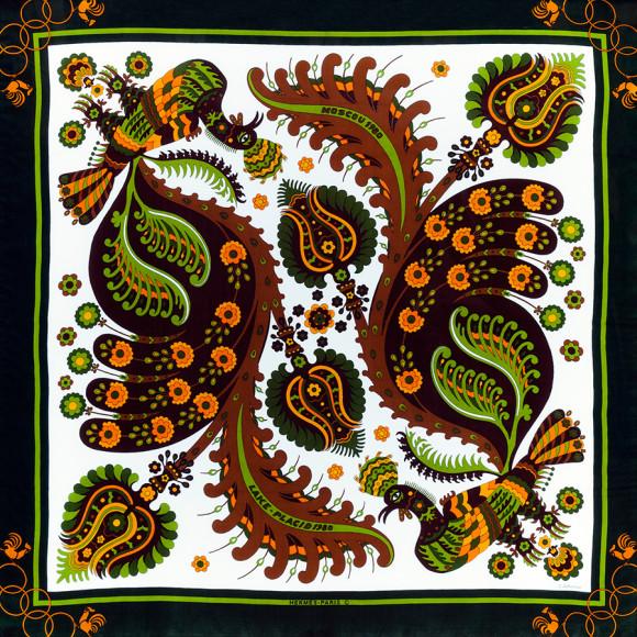 Платок Hermès «Skyros» («Скирос»), автор — Джулия Абади (Julia Abadie), был впервые выпущен в 1971 году. Дизайн посвящен одноименному греческому острову, на котором находится гора Олимп. Этот платок был создан специально к Олимпийским играм 1980 года: зимним в Лейк-Плесиде и XXII летним играм в Москве. Дизайн для платка к московской олимпиаде был выбран представителями олимпийского Оргкомитета СССР в 1979 году непосредственно в штаб-квартире Дома Hermès в Париже. Эта версия «Skyros» была выпущена крайне малым тиражом и не поступала в продажу, а использовалась в качестве подарка Олимпийским комитетом СССР.