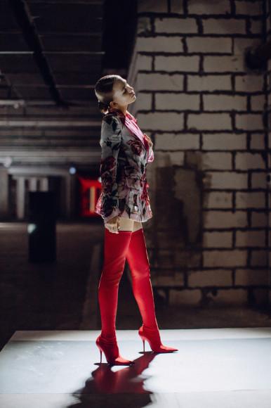 На Яне Енжаевой: пиджак Dolce & Gabbana, боди Wolford, ботфорты Balenciaga