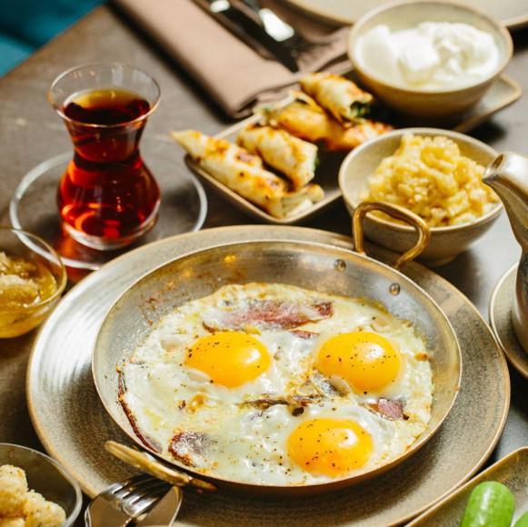 Бакинский завтрак: блинчики с мясом, домашний йогурт, сыр, сливочное масло, огурцы и помидоры из деревни Зиря и бакинский бубликгуймак с корицей и сахаром