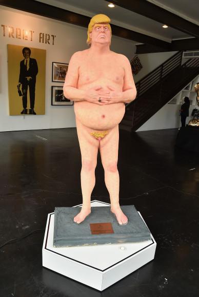 Статуя «Император без шаров»
