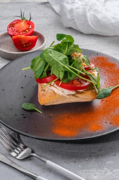 Тост с куриной грудкой, помидорами и шпинатом («Grand Урюк. Berezka»)